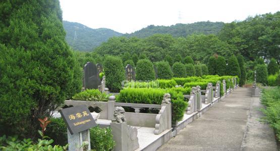 """宁波鄞州九峰陵园墓碑上镶嵌""""爱的记忆""""二维码"""
