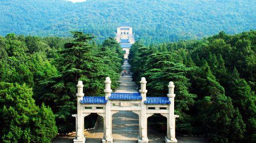 遗体安葬在南京紫金山麓,随后成立中山先生葬事筹备委员会,开始中山陵